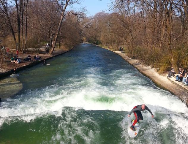 munih_englischer_garten_eisbach_surfers