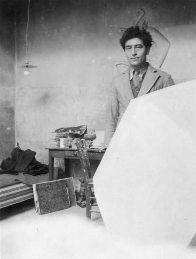 Giacometti atölyesinde alçıdan Küp heykeli ile, Paris, 1933'ten sonra : Giacometti in his studio with the plaster sculpture Cube, Paris, after