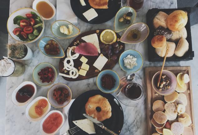 Fiyonk Bakery & Cafe: Cadde'de Huzur Dolu Bir Mekan