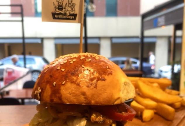 Grillin' Guys: Şaşkınbakkal'ın Enfes Burgercisi