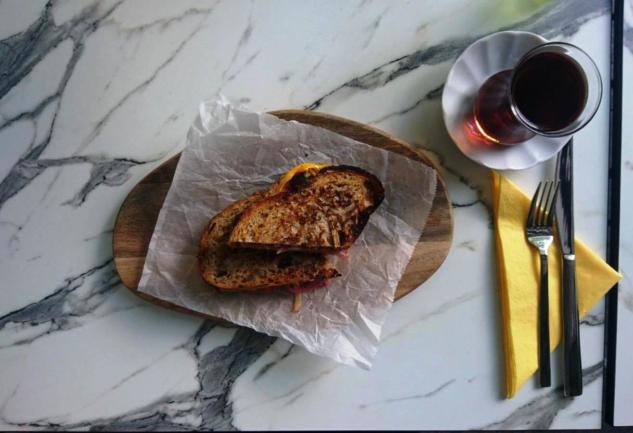 Normalde ekmek üzerinde Eggo Tost'u dilerseniz böyle iki ekmek arasında da isteyebiliyorsunuz.