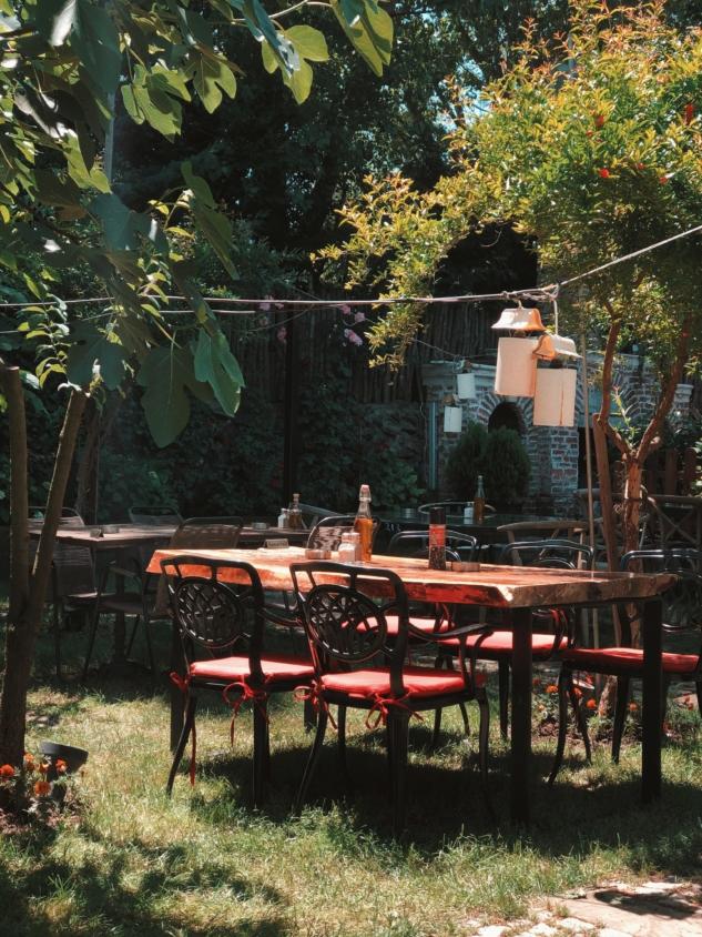 Yazın hizmete açılan arka bahçeden bir görüntü