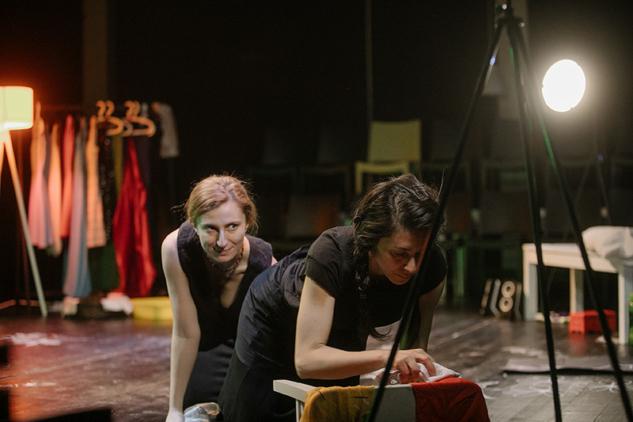 Tırnak İçinde Hizmetçiler, Tiyatro Hemhal