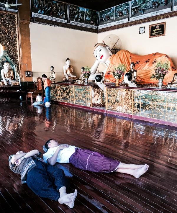 Myanmar Tapınaklarında Uyuyanlar