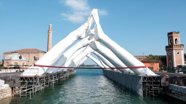 bienaller – venedik bienali – building bridges -lorenzo quinn