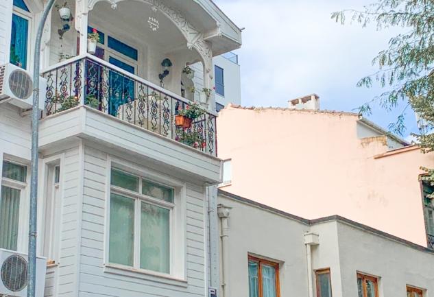 Rüştiye Sokak: Kalamış'ta Lezzet ve Sanat Bir Arada