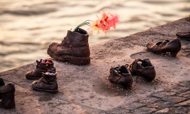 Demir Ayakkabılar Anıtı