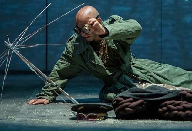 Kapıların Dışında: Yolcu Tiyatro'dan Sarsıcı Bir Oyun