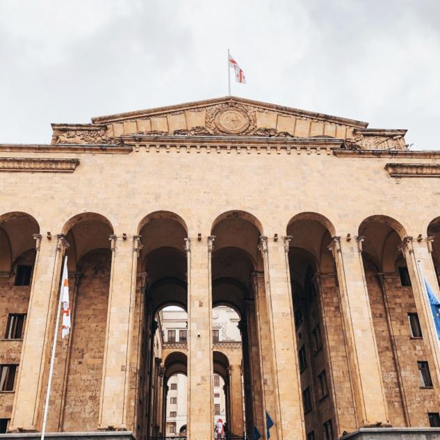 Tiflis Parlemento Binası Önü