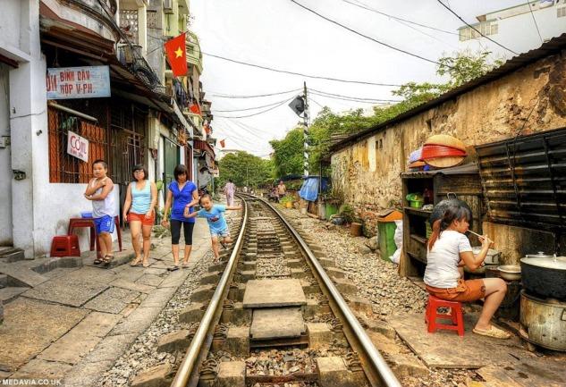 Hanoi Tren Sokağı: İçinden Tren Yolu Geçen Bir Sokak