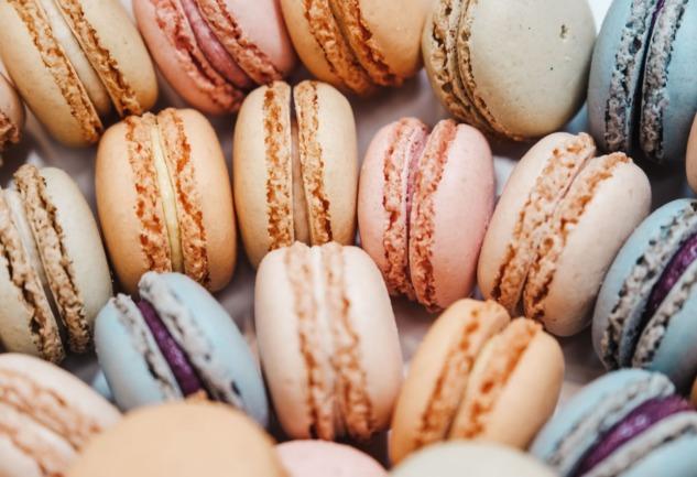 Makaron: Renkten Renge Bürünebilen Bir Fransız Kurabiyesi