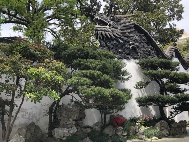 Ejderhalarla kaplı beyaz duvarlar
