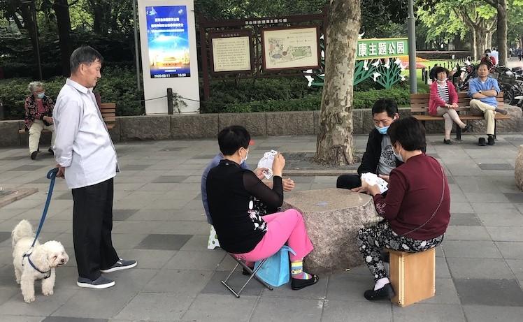 Parklar belli saatler içinde açık. Saat 16:00'dan sonra kimseyi almıyorlar. Ancak sokaklarda oyunlar, tai chi'ler başladı!