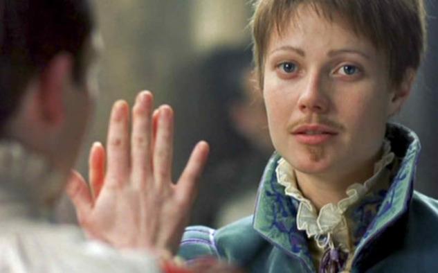 """""""Shakespeare in Love"""" filminden bir kare, Gwyneth Paltrow erkek kılığında tiyatroda"""