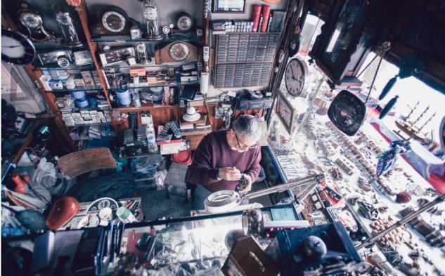 Saatçi Metin Usta ve çalışma masası