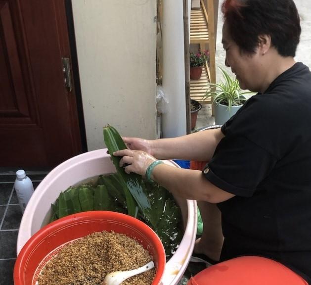 Bizim evin girişindeki komşulardan biri zongzi hazırlığında