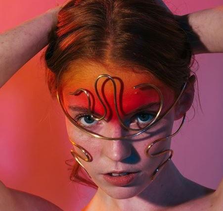 Mücevher tasarımcısı Laura Estrada, Giyilebilir Heykeller Yaratıyor