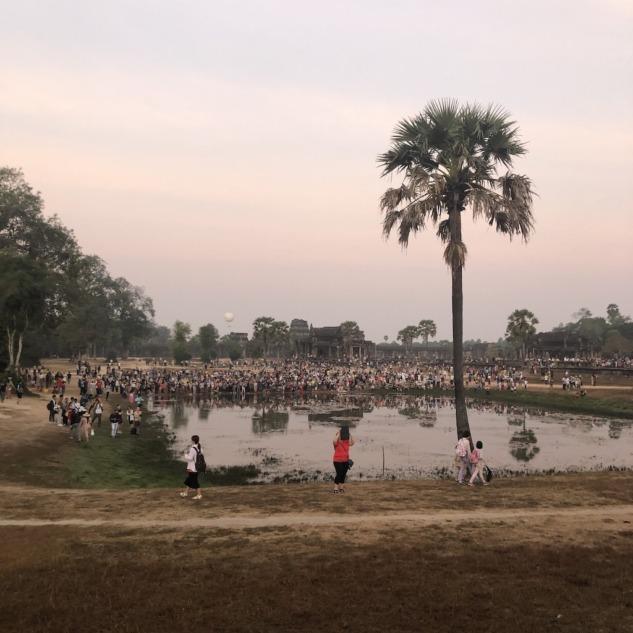 Gün doğumunu izleyen insan kalabalığı