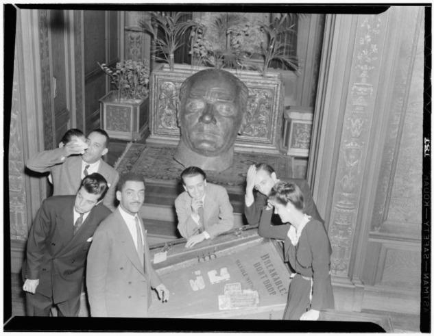 Elçilik - Müzisyenler ve Atatürk Büstü