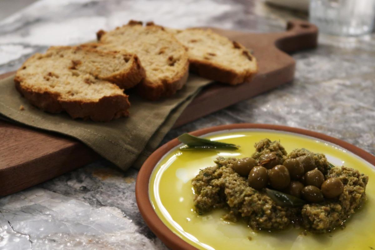 Ekşi Maya Ekmekler ve Zeytin Pesto