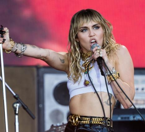 Yeni Miley Cyrus: Tamamı Metallica Şarkılarından Oluşan Bir Albüm Yolda