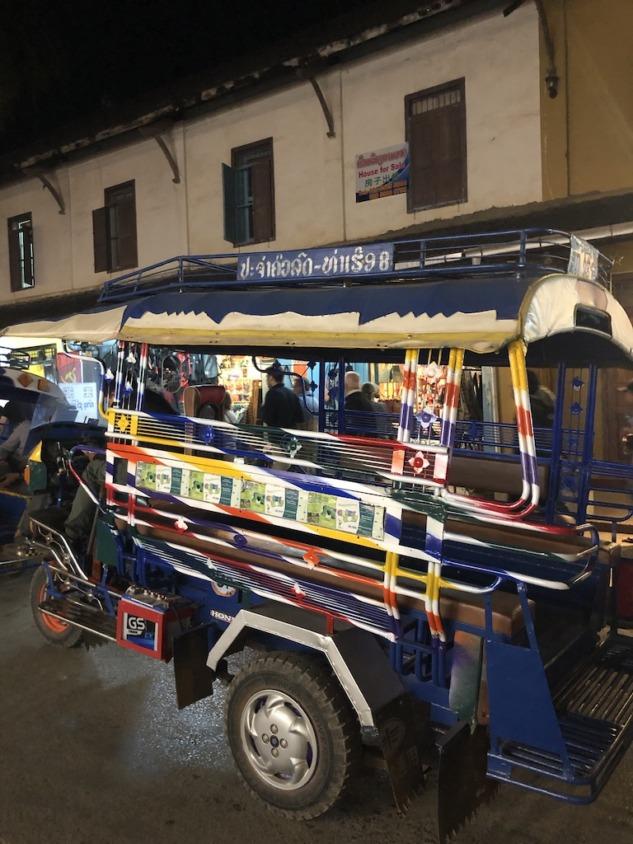 Sisavangvong Sokağı'nda duran ulaşımı sağlayan renkli tuktuk taksiler