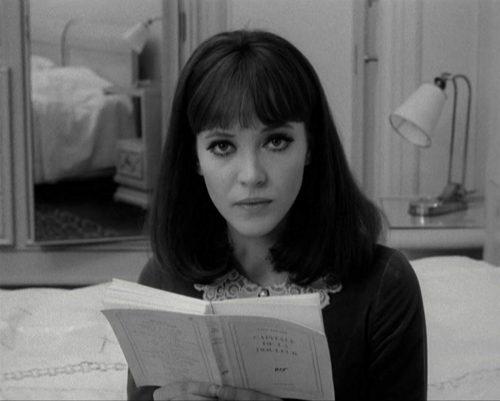 Aktris Anna Karina, Godard'ın Alphaville filminde Éluard okuyor