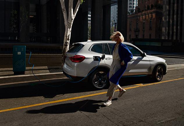 Yeni BMW iX3 ile Tanışın: Bedeni Maceracı Ruhu Elektrikli!