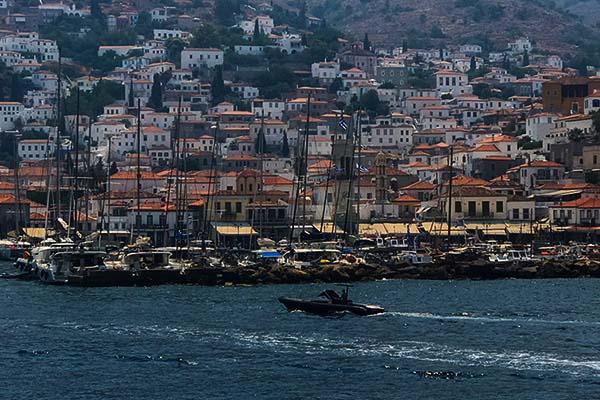 Atina: Enerjisi Hiç Bitmeyen, Kalbi Sokaklarda Atan Şehir